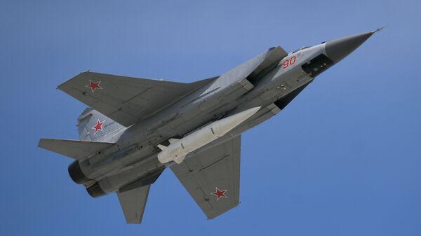 Stíhačka MiG-31 s hypersonickou raketou Kinžal - Sputnik Česká republika