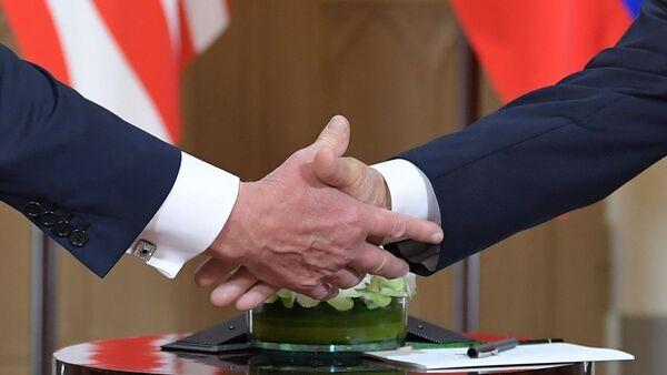 Trump s Putinem si podávají ruce na setkání v Helsinkách - Sputnik Česká republika
