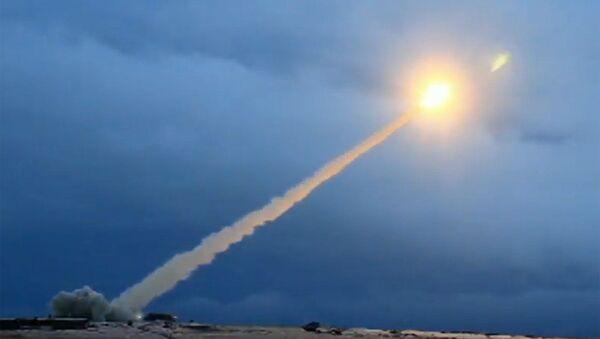 Ukázky zkoušky okřídlené jaderné rakety neomezené dálky během projevu ruského prezidenta Vladimira Putina před Federálním shromážděním - Sputnik Česká republika
