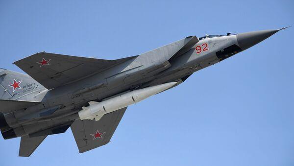 Stíhačka MiG-31 s raketou Kinžal - Sputnik Česká republika