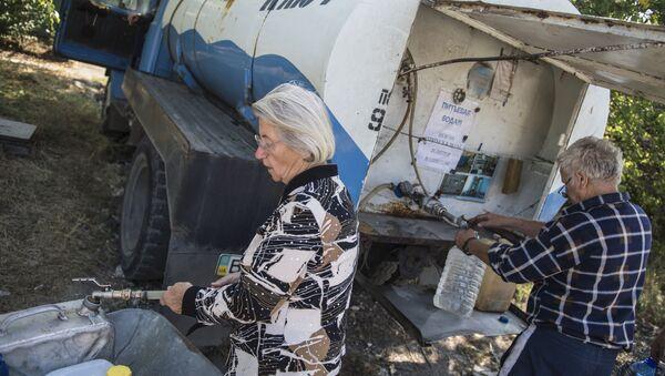 Obyvatelé Luhansku nabírají pitnou vodu do kanistrů - Sputnik Česká republika