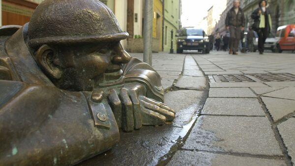 Bronzová socha muže v Bratislavě - Sputnik Česká republika