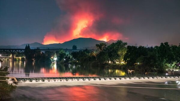 Přírodní apokalypsa: V Kalifornii požár zničil téměř 500 domů - Sputnik Česká republika