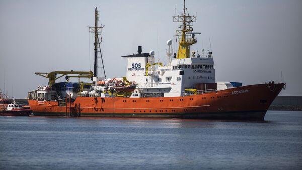 Loď Aquarius s migranty na palubě při kotvení v přístavu Valencie - Sputnik Česká republika
