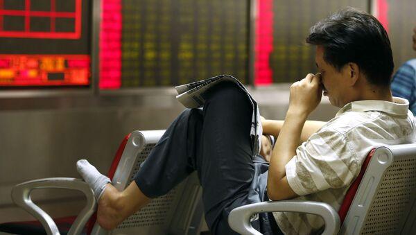 Čínský investor sleduje kurz akcií v Pekingu. Ilustrační foto - Sputnik Česká republika