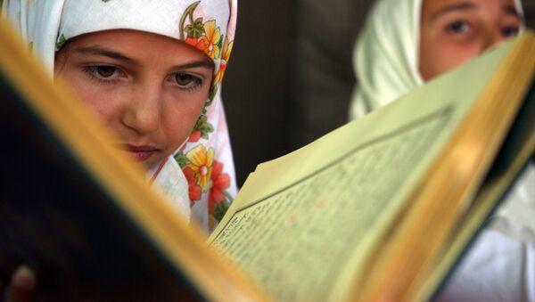 Bulharská žena čte Korán - Sputnik Česká republika