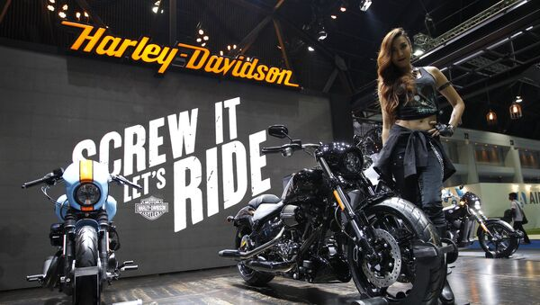 Modelka vedle motorek Harley-Davidson - Sputnik Česká republika