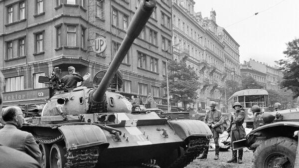 Sovětské tanky v ulicích Prahy, 1968 - Sputnik Česká republika
