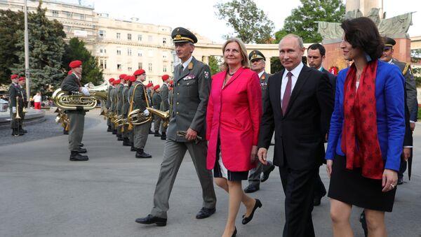 Karin Kneissl a Vladimir Putin - Sputnik Česká republika