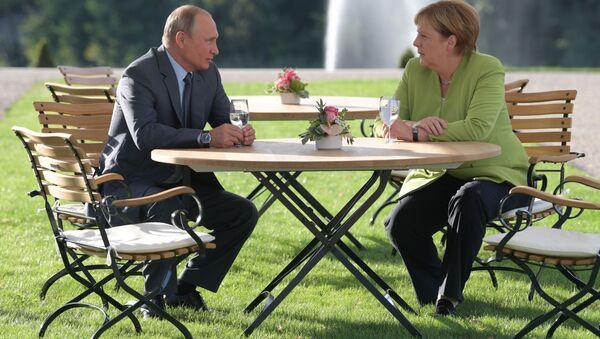 Německá kancléřka Angela Merkelová a ruský prezident Vladimir Putin během schůzky v rezidenci německé vlády Mezenberg. 18. 08. 2018. - Sputnik Česká republika
