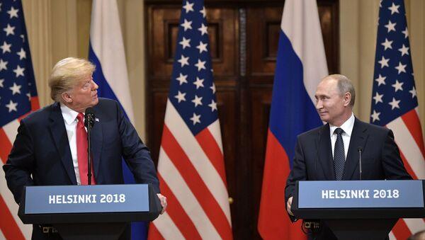 Ruský prezident Vladimir Putin a prezident USA Donald Trump v Helsinkách - Sputnik Česká republika