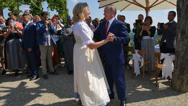 Ruský prezident Vladimir Putin a rakouská ministryně zahraničí Karin Kneisslová - Sputnik Česká republika