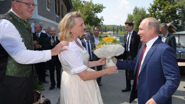 Rakouská ministryně zahraničí Karin Kneisslová a ruský prezident Vladimir Putin - Sputnik Česká republika