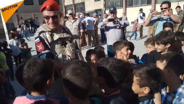 Syrské děti nadšeně vítají ruského vojáka - Sputnik Česká republika