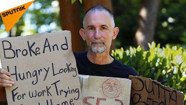 Tento umělec si 25 let kupuje cedulky bezdomovců, kde se za každou cedulkou skrývá příběh - Sputnik Česká republika