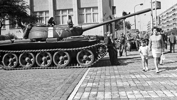 Sovětský tank na ulici v Praze v srpnu 1968 - Sputnik Česká republika