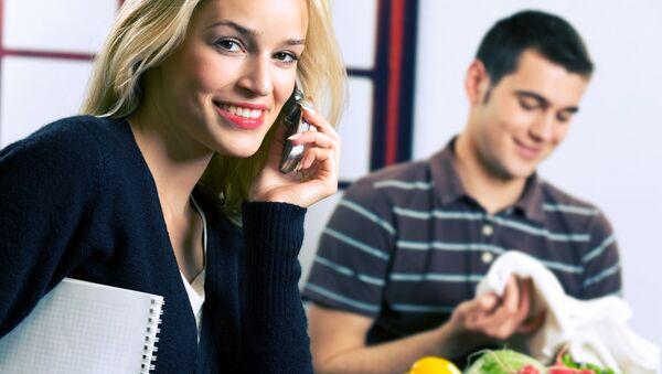 Žena s mobilem a muž s potravinami - Sputnik Česká republika
