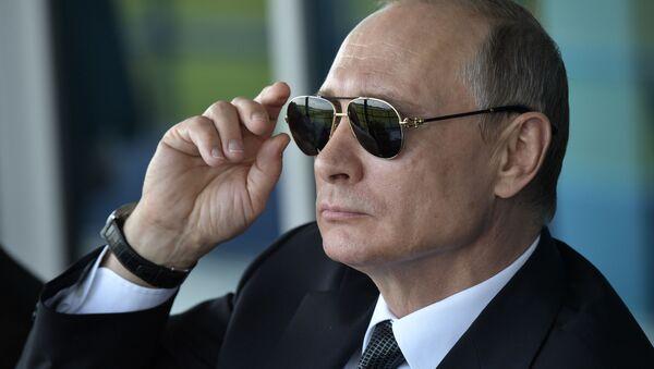 Ruský prezident Vladimir Putin v černých brýlích - Sputnik Česká republika