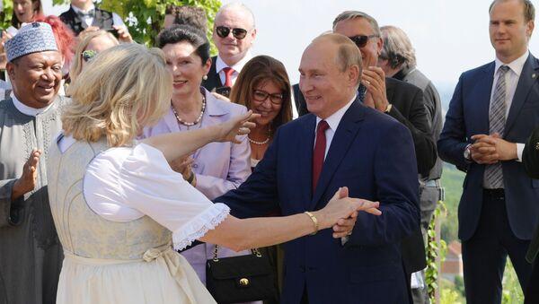 Vladimir Putin tancuje s rakouskou ministryní zahraničních věcí Karin Kneisslovou - Sputnik Česká republika
