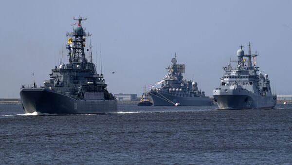 Výsadkářská loď Korolev, raketový křižník Maršal Ustinov a velká výsadkářská loď Ivan Green v Kronštadtu - Sputnik Česká republika