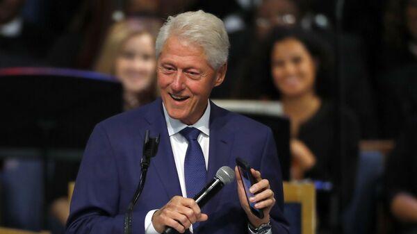 Бывший президент Билл Клинтон во время концерта, посвященного похоронам королевы соула Арете Франклин - Sputnik Česká republika