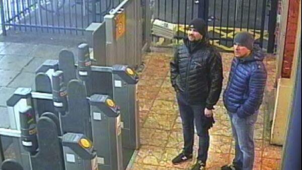 Snímek z londýnského metra s Alexandrem Petrovem a Ruslanem Boširovem - Sputnik Česká republika