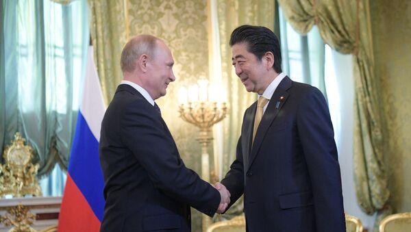 Ruský prezident Vladimir Putin a japonský premiér Šinzó Abe - Sputnik Česká republika