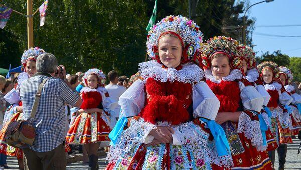 Dívky v tradičních krojích. Ilustrační foto - Sputnik Česká republika