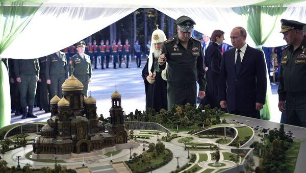 Putin stíhá vše: Od prohlídky L-410 až ke svěcení základního kamene chrámu Ozbrojených sil - Sputnik Česká republika