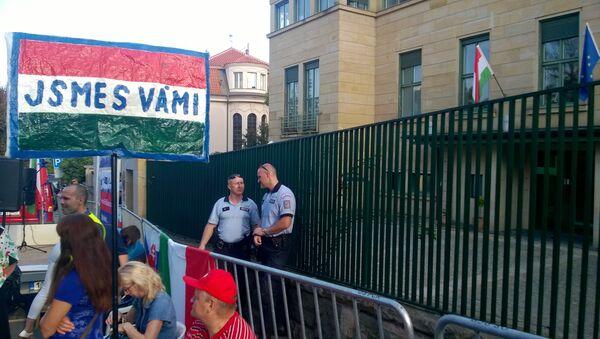 Demonstrace před Maďarským velvyslanectvím v Praze - Sputnik Česká republika