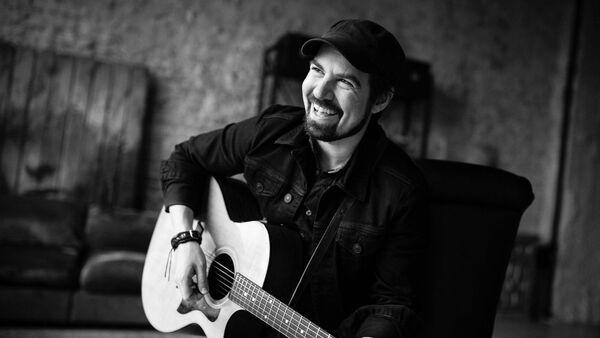Američan Adam James je hercem, hudebníkem a moderátorem rádia. - Sputnik Česká republika