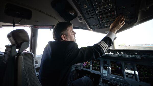 Pilot v letadle SSJ-100 - Sputnik Česká republika