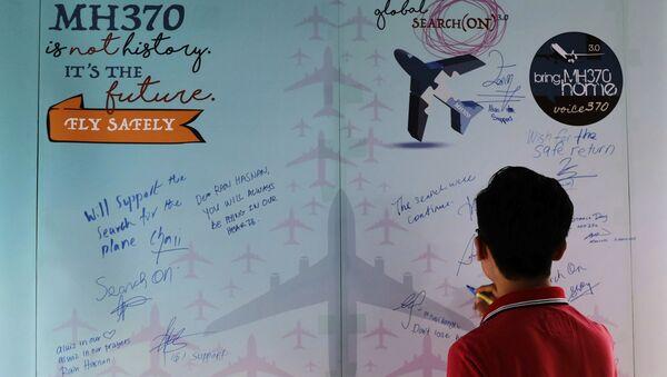 Muž vyjadřuje soustrast v Den památky havárie Boeingu MH370 - Sputnik Česká republika