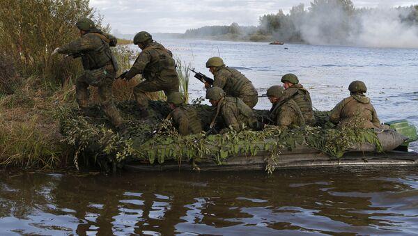 2 tisíce výsadkářů přeplouvá řeku. Ruská taktická vojenská cvičení s výsadkem - Sputnik Česká republika