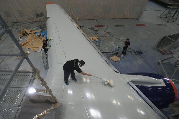 Ruční malba Superjetu 100 v Aeroflotu - Sputnik Česká republika