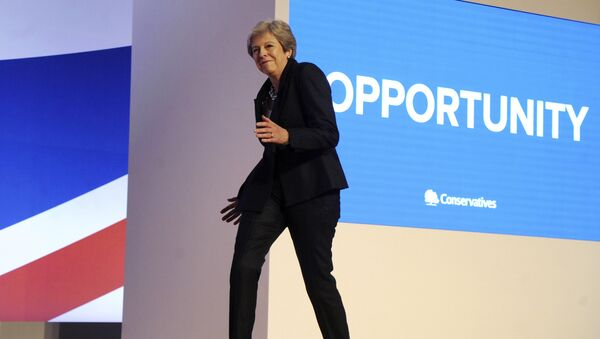 Theresa Mayová při příchodu na pódium během sjezdu strany - Sputnik Česká republika