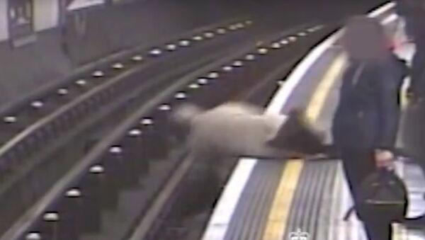 V londýnském metru shodili na koleje 91letého bývalého šéfa Eurotunelu - Sputnik Česká republika