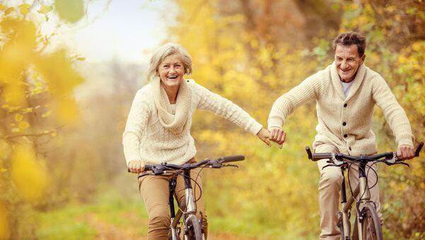 Starší pár jede na kolech - Sputnik Česká republika
