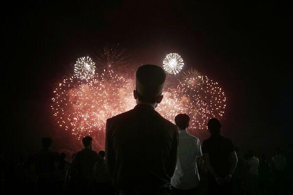 Severokorejský voják se dívá na ohňostroj na počest 62. výročí příměří, které ukončilo Korejskou válku - Sputnik Česká republika