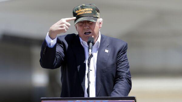Americký prezident Donald Trump s kšiltovkou Make America Great Again - Sputnik Česká republika