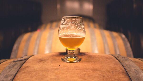 Pivní sklenice na sudu. Ilustrační foto - Sputnik Česká republika