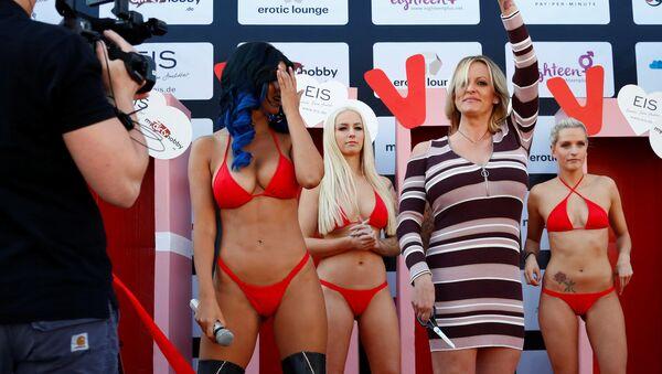 Pornoherečka Stormy Daniels na erotickém veletrhu Venus v Berlíně. - Sputnik Česká republika