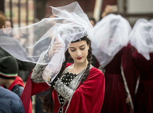 Tanečnice v tradičním gruzínském oblečení před svým vystoupením na Festivalu gruzínské kultury v Moskvě. - Sputnik Česká republika