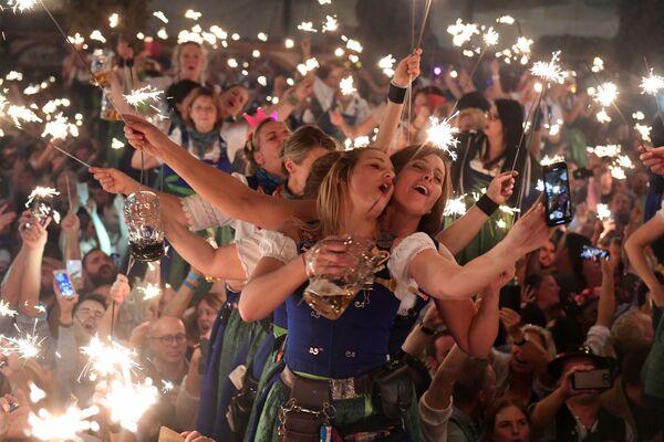 Návštěvníci slaví poslední den pivního festivalu Oktoberfest v Mnichově. - Sputnik Česká republika