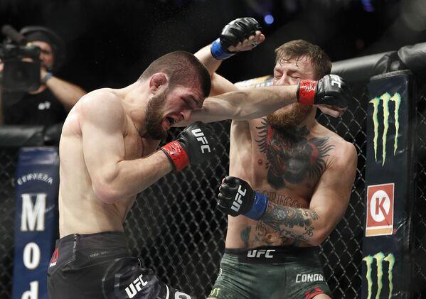 Ruský bojovník Khabib Nurmagomedov během zápasu se svým irským soupeřem Conorem McGregorem o titul mistra UFC v lehké vaze. - Sputnik Česká republika