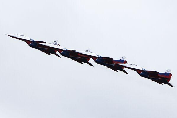 Ruská akrobatická skupina Striži na stíhačkách MiG-29 během jedné z akcí ministerstva obrany, Kostroma. - Sputnik Česká republika