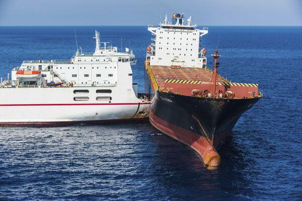 Kolize tuniské (vlevo) a kyperské (vpravo) lodi ve Středozemním moři nedaleko Korsiky. - Sputnik Česká republika