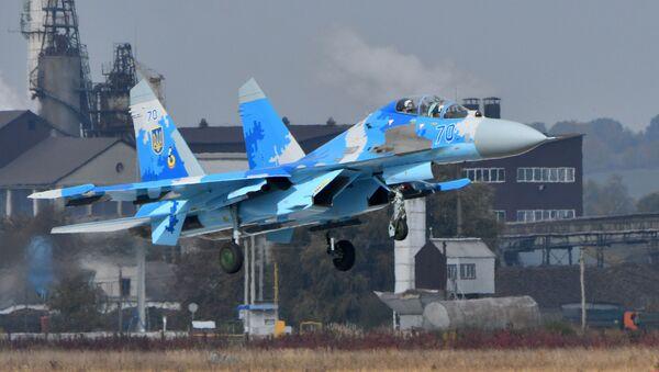 Ukrajinská stíhačka Su-27UB během cvičení - Sputnik Česká republika