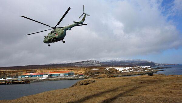 Vojenský vrtulník Mi-8 nad Iturupem na Kurilách - Sputnik Česká republika