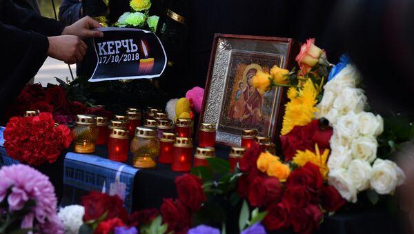 Lidé pokládají květiny a zapalují svíčky v souvislosti se střelbou ve škole v Kerči - Sputnik Česká republika